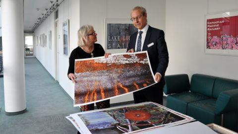 Inge Heuwold mit Thomas Hartung, Vorstandsmitglied der Sparkasse Mecklenburg-Strelitz