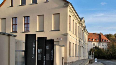 Erinnerungsstelen am Weg zur Stasi Haftanstalt Neustrelitz