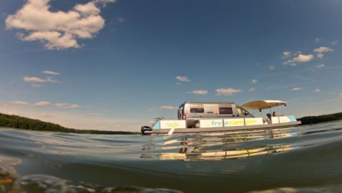 Schwimmender Reisemobil-Stellplatz aus der Froschperspektive