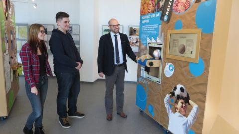 Geschäftsleiter Falk Roloff-Ahrend präsentiert den FÖJlern