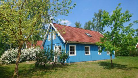 Farbenfrohe Ferienhäuser, zum Teil auch mit Kamin