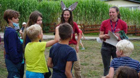 Umweltpraktikantinnen Emily und Viktoria beim Fledermausspiel