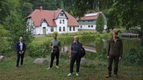 Umweltpraktikanten mit Filialleiter der Commerzbank AG und Hr. Frisch vom Nationalparkamt Müritz