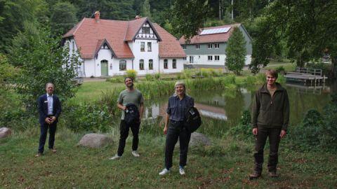 Umweltpraktikanten 2020 Paul Bengelsdorf und Anna Mattes, zusammen mit Knut Heineken als Filialleiter der Commerzbank AG (links) und Hannes Frisch (rechts) vom Nationalparkamt Müritz.